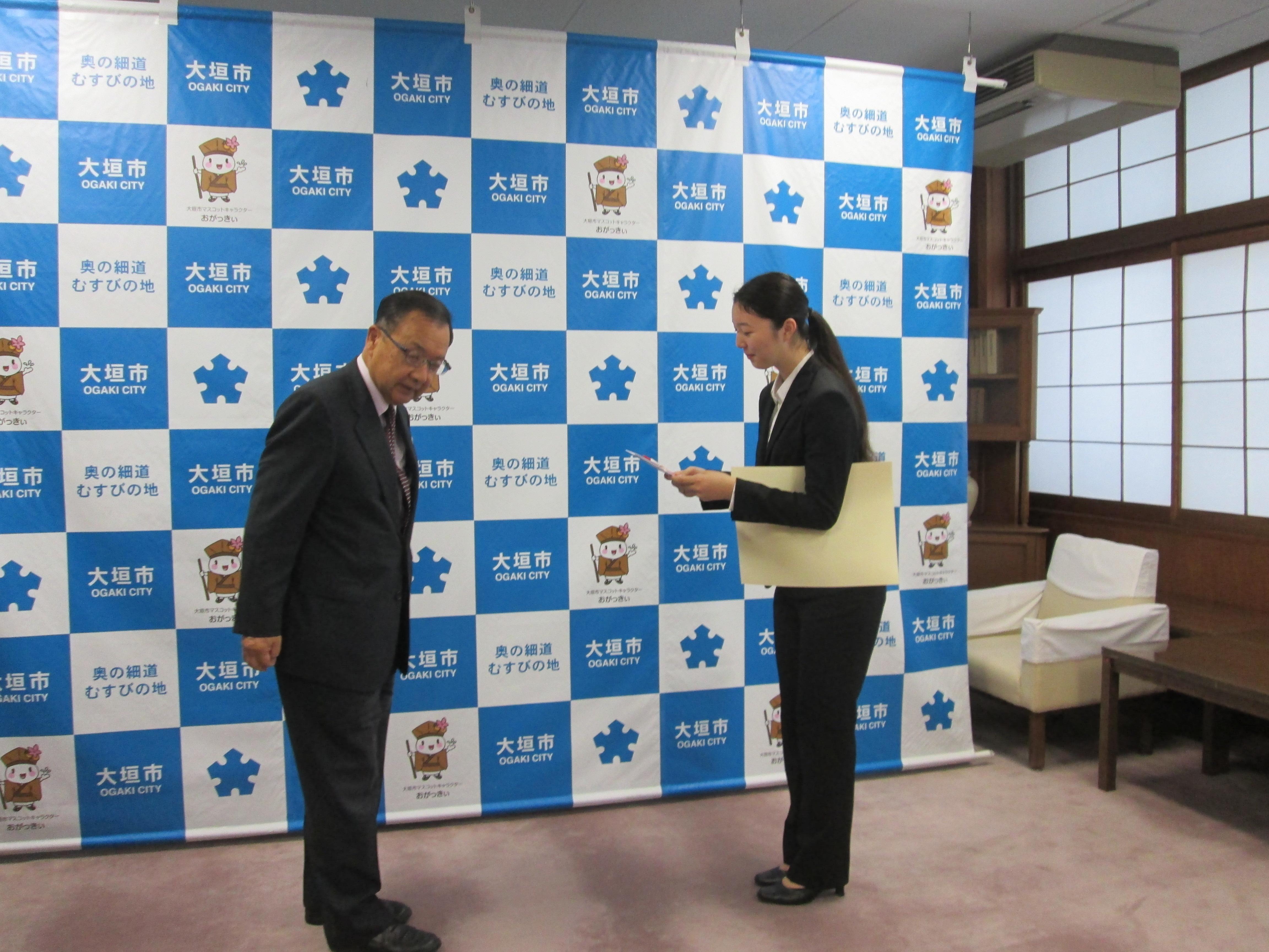 小川市長より賞状と副賞をいただきました。-width=